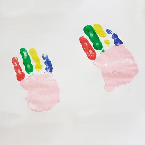 Bastelidee für den Kindergarten: Clowns aus Fingerfarben zu Fasching
