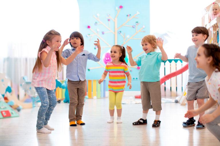 Gymnastikübung für Kinder zur Stärkung von Körper und Geist